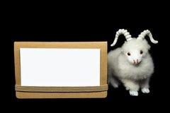 Cabra u ovejas con la tarjeta de felicitación en blanco Imagenes de archivo