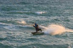 Cabrera de Fördärva, Barcelona/Spanien; 02 08 2019: En bra eftermiddag som övar surfingen och Kitesurfing Flysurf på den Cabrera  fotografering för bildbyråer
