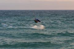 Cabrera de março, Barcelona/Espanha; 02 08 2019: Uma boa tarde para praticar o windsurfe e o Kitesurfing Flysurf na praia de Cabr imagem de stock