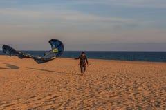 Cabrera de março, Barcelona/Espanha; 02 08 2019: Uma boa tarde para praticar o windsurfe e o Kitesurfing Flysurf na praia de Cabr fotografia de stock