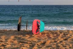 Cabrera de Mar, Βαρκελώνη/Ισπανία  02 08 2019: Ένα καλό απόγευμα στην πρακτική Windsurfing και Kitesurfing Flysurf στην παραλία C στοκ εικόνα