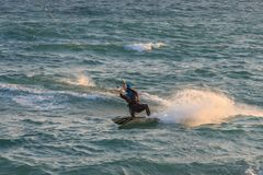 Cabrera DE Mar, Barcelona/Spanje; 02 08 2019: Een goede middag aan praktijk Windsurfing en Kitesurfing Flysurf bij Cabrera-strand stock afbeelding