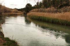 Cabrielrivier op zijn manier door het dorp van Casas del Rio, Albacete, Spanje Royalty-vrije Stock Foto