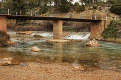 Cabrielrivier op zijn manier door het dorp van Casas del Rio, Albacete, Spanje Stock Fotografie