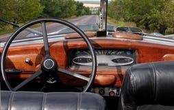 cabrio减速火箭汽车的驾驶舱 免版税图库摄影