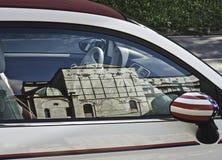 Cabrio de Fiat 500 con la bandera americana foto de archivo