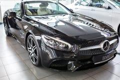 Cabrio de Mercedes SL63 AMG dans la salle d'exposition de voiture Photo stock