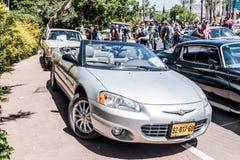 Cabriolé viejo de Chrysler de los deportes en una exposición de coches viejos en la ciudad de Karmiel Foto de archivo