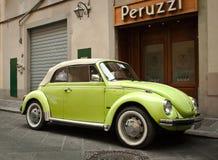 Cabriolé verde del escarabajo Fotos de archivo