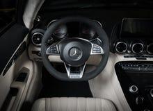 Cabriolet dell'interno del cuoio bianco di Mercedes-Benz GT-C fotografia stock libera da diritti