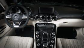 Cabriolet interno del cruscotto del cuoio bianco di Mercedes-Benz GT-C immagine stock