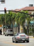 Cabriolet Porsches 911 Carrera in der Straße des Palm Beach lizenzfreie stockbilder