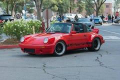 Cabrioletauto Porsches 911 Carrera auf Anzeige stockfotos