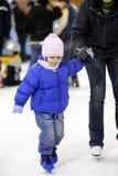 Cabrito blanco que aprende deportes de invierno Fotos de archivo