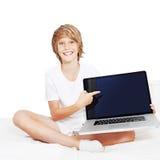 Cabrito con la computadora portátil Imagen de archivo libre de regalías