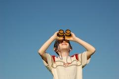 Cabrito con los prismáticos Imagenes de archivo