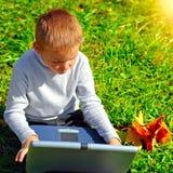 Cabrito con una computadora portátil Fotografía de archivo libre de regalías