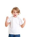 Cabrito emocionado de los niños con la expresión feliz del ganador Fotografía de archivo