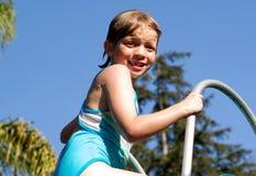 Cabrito en la diapositiva de la piscina imagenes de archivo