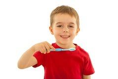 Cabrito feliz con el cepillo de dientes imagenes de archivo