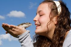 Cabrito feliz con el hámster del animal doméstico Imagen de archivo libre de regalías