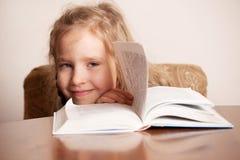 Cabrito feliz con el libro Fotos de archivo