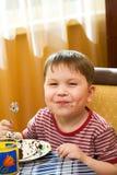 Cabrito feliz con una torta Foto de archivo libre de regalías