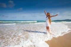 Cabrito feliz en la alineada blanca en la playa del mar Fotos de archivo libres de regalías
