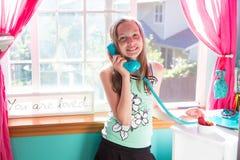 Cabrito lindo que habla en el teléfono Fotografía de archivo