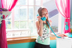 Cabrito lindo que habla en el teléfono Foto de archivo libre de regalías