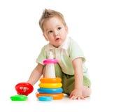 Cabrito lindo que juega la torre colorida Imagenes de archivo
