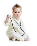 Cabrito o niño que juega al doctor con el estetoscopio Imágenes de archivo libres de regalías