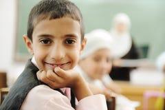 Cabrito positivo en la sonrisa de la sala de clase Imagen de archivo libre de regalías