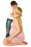Cabrito que abraza a su madre embarazada Foto de archivo libre de regalías