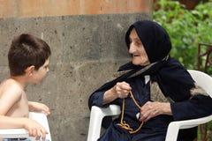 Cabrito que charla con la abuelita Foto de archivo