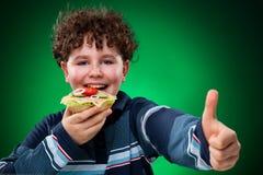 Cabrito que come los emparedados sanos Imagenes de archivo