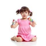 Cabrito que juega con los juguetes musicales en blanco fotografía de archivo