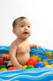 Cabrito que juega el juguete en baño Foto de archivo