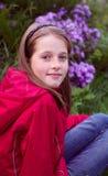 Cabrito que presenta cerca de las flores, foto vertical de la muchacha Foto de archivo libre de regalías