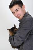 Cabrito que sostiene un gato Imagen de archivo libre de regalías