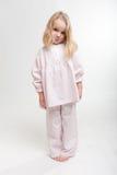 Cabrito rubio que pone mala cara en sus pijamas Foto de archivo libre de regalías