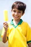 Cabrito sonriente que sostiene un helado Imagenes de archivo