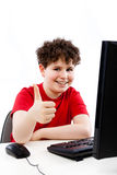 Cabrito usando el ordenador aislado en el fondo blanco Imagen de archivo