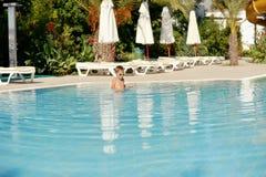 Cabrito y piscina Fotos de archivo
