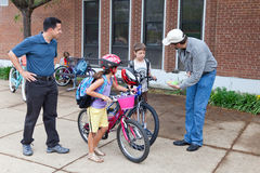 Cabritos Biking a la escuela Foto de archivo libre de regalías