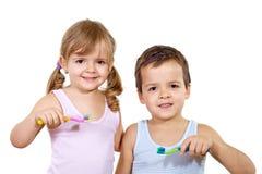 Cabritos con el cepillo de dientes imagen de archivo libre de regalías