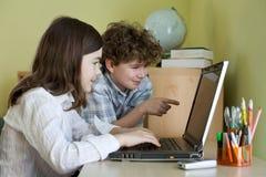 Cabritos con la computadora portátil Fotografía de archivo libre de regalías