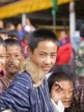 Cabritos con un gatito en un festival butanés Foto de archivo libre de regalías