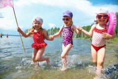 Cabritos de la diversión en la playa Imagen de archivo libre de regalías