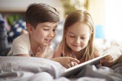 Cabritos en cama imagen de archivo libre de regalías